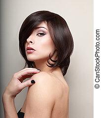 excitado, mulher, looking., shortinho, cabelo preto, estilo