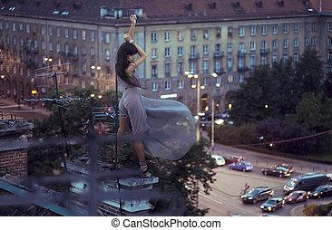 excitado, mulher, posar, telhado