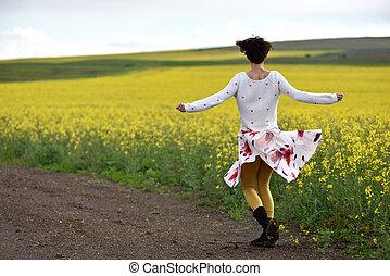 excitado, mulher, saia, natureza, dançar