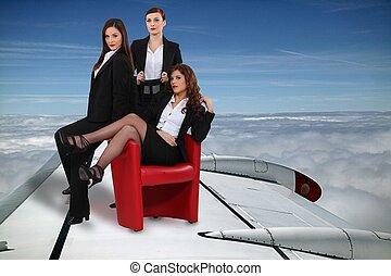 excitado, mulheres negócios, voando, um avião, asa