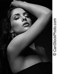 excitado, paixão, mulher, com, cabelo longo, posing., preto branco, retrato