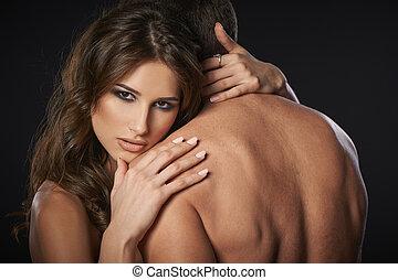 excitado, par, jovem, abraçar