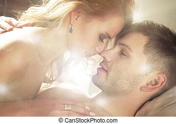 excitado, par jovem, beijando, e, tocando, em, bed.