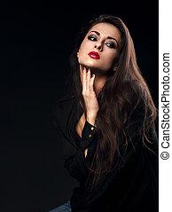 excitado, pensando, femininas, modelo, com, cabelo marrom longo, posar, em, camisa preta, ligado, experiência escura, com, batom vermelho
