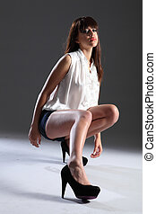 excitado, pernas longas, em, calcanhares, de, bonito, mulher jovem