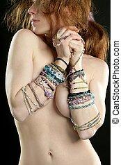 excitado, ruivo, mulher, com, jóia, ao redor, braços
