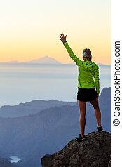 excursión de mujer, éxito, en, montañas, ocaso