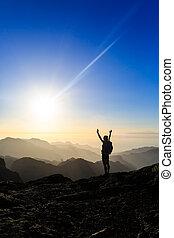excursión de mujer, éxito, silueta, en, montañas, ocaso