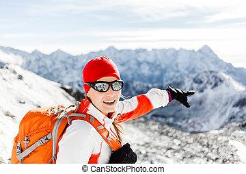 excursionismo, éxito, mujer feliz, en, invierno, montañas