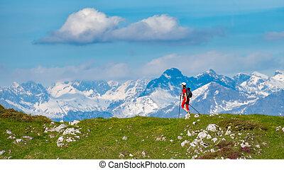 excursionismo, en las montañas, un, solo, niña, con, un, paisaje, de, nieve tapado, montañas, en, el, distancia