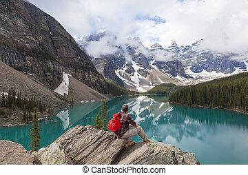 excursionismo, hombre, el mirar, lago moraine, y, montañas...