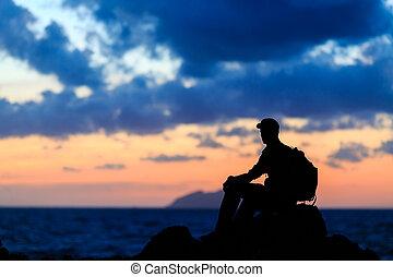 excursionismo, silueta, mochilero, hombre, rastro, corredor, en, montañas