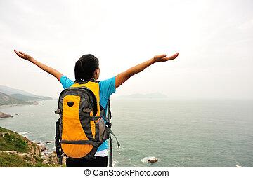 excursionista, aplausos, mujer, abierto, brazos