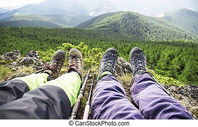 excursionista, botas, y, piernas, reclinación encendido, el, pico de la montaña