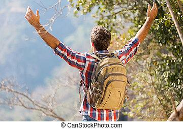 excursionista, con, las armas se abren, encima de, el, montaña
