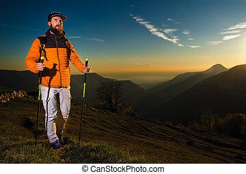 excursionista, hombre, práctica, nórdico, ambulante, en, ocaso, en, el, colinas