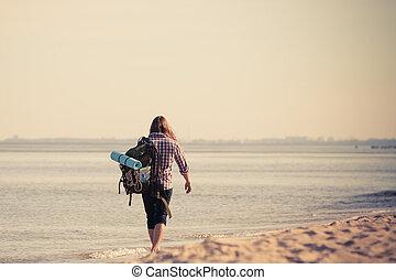 excursionista, mochila, playa, patullar, hombre
