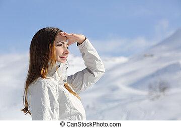 excursionista, mujer, montaña, nevoso, pareciendo delantero