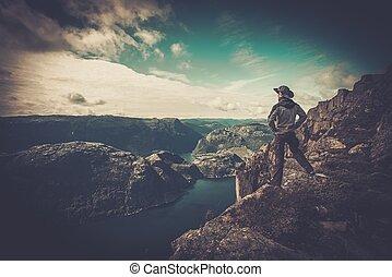 excursionista, panorama, encima, mirar, fiordo, hombre
