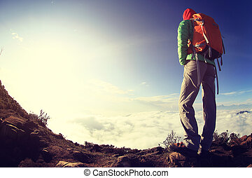 excursionista, piernas, en, ocaso, pico de la montaña, gozar, el, vista