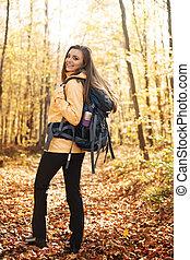 excursionista, retrato, sonriente, mochila, hermoso