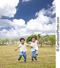 executando, crianças, capim, asiático, feliz