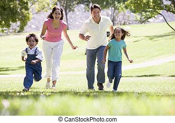 executando, sorrindo, família, ao ar livre