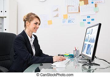 executiva, analisando, gráfico, ligado, computador