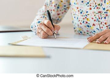 executiva, assinando documento