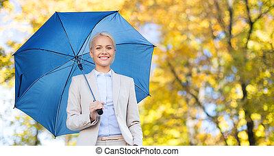 executiva, com, guarda-chuva, sobre, outono, fundo