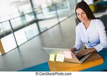 executiva, computador, trabalhando escritório, retrato