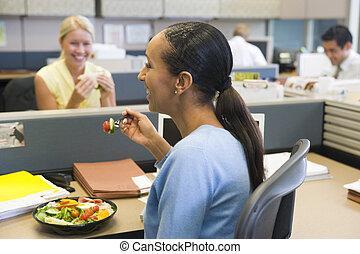 executiva, em, cubículo, comer, salada, e, sorrindo