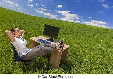 executiva, mulher relaxando, escrivaninha, em, campo verde