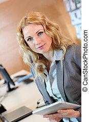 executiva, sorrindo, jovem, escritório, retrato