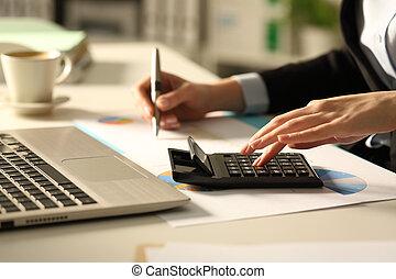 executivo, noturna, calculadora, calculando, mãos