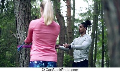 exercice, élastique, bandes, nature., bois, jeune, dehors, couple