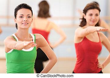 exercice, exécuter, étape, instructeur, haut, jeune, portrait, filles, taille, aérobic, fitness, gymnase, class.