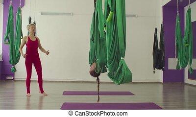 exercices, aérien, femme, yoga, hamac
