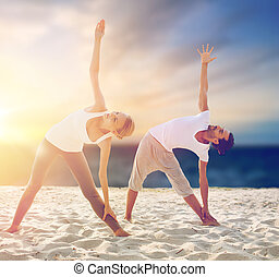 exercices, confection, couple, plage, yoga