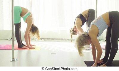 exercices, femmes, yoga, trois, studio.