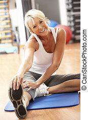 exercices, gymnase, personne âgée femme, étirage