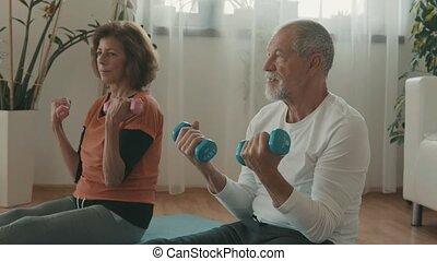 exercising., couple, maison, personne agee, délassant