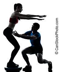 exercisme, bosu, entraîneur, femme homme, s'accroupit