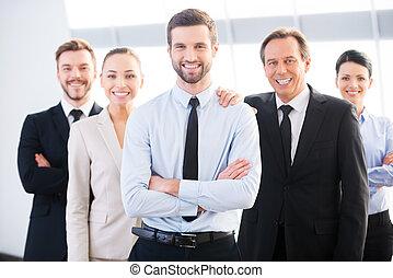 exitoso, empresa / negocio, team., grupo, de, confiado, empresarios, en, uso formal, posición, cerca de, uno al otro, y, sonriente