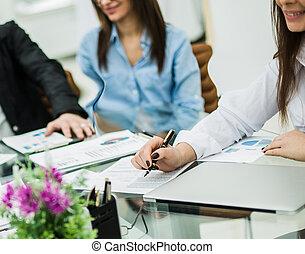 exitoso, equipo negocio, discutir, un, nuevo, contrato, en, el, lugar de trabajo, en, el, oficina.