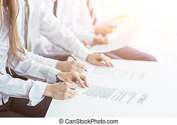 exitoso, equipo negocio, discutir, un, nuevo, contrato, en, el, lugar de trabajo, en, la oficina