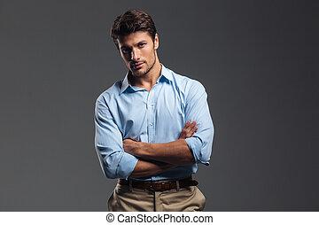 exitoso, guapo, hombre, con, brazos doblados, posición