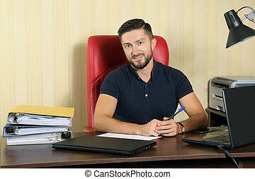 exitoso, hombre de negocios, en, escritorio de oficina