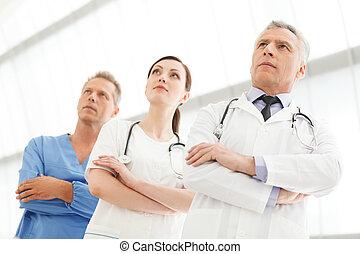 exitoso, médico, team., exitoso, doctors, equipo, posición, juntos, con, su, armamentos cruzaron