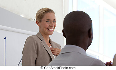 exitoso, mujer de negocios, hacer, un, presentación
